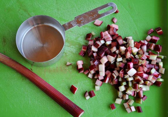 rhubarb-measuring-cutting