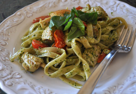 Fettucini-with-tomatoes-chicken-and-basil-pesto