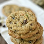 Dark & White Chocolate Chip Oatmeal Cookies with Pistachios and Dried Blueberries | mountainmamacooks.com